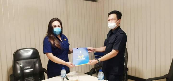 Ketua OKK DPW NasDem Sulut Peggy Rumamby, menyerahkan SK DPD NasDem Boltim kepada Richi Haji Ali, di kantor DPW NasDem Sulut