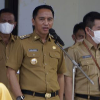 Bupati Bolaang Mongondow Timur Sam Sachrul Mamonto pimpin apel kerja ASN Boltim.(foto Kominfo Boltim)