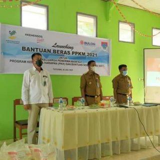 Launching Bantuan Beras PPKM 2021, di Kantor Camat Tutuyan Dihadiri Wakil Bupati Boltim Oskar Manoppo.(foto:ist)