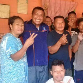 Ketua Bappilu Nasdem, bersama masyarakat.(foto:ist)