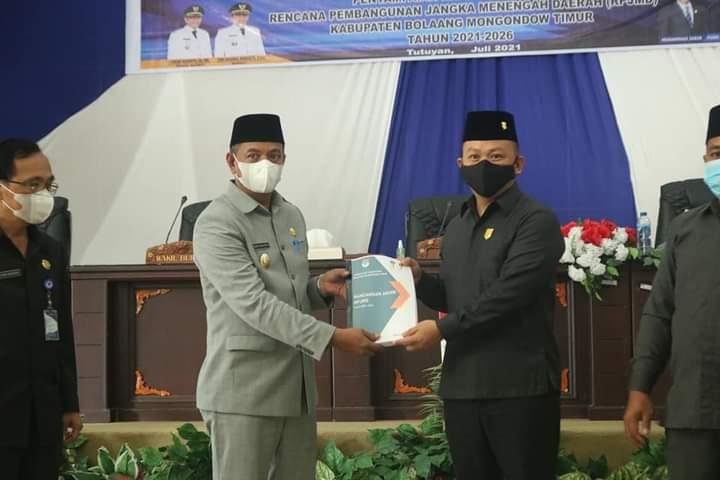 Wakil Bupati serahkan dokumen RPJMD 2021-2026 kepada pimpinan DPRD Boltim (Foto: Kominfo Boltim)