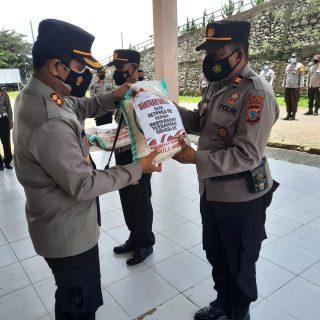 Kapolres Boltim Irham Halid menyerahkan paket beras bansos secara simbolis kepada Kapolsek.(foto:ist)