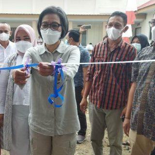 Bupati Bolmong Dra Hj Yasti S Mokoagow, melakukan pengguntingan pita tanda diresmikannya gedung balai Desa Bakan.