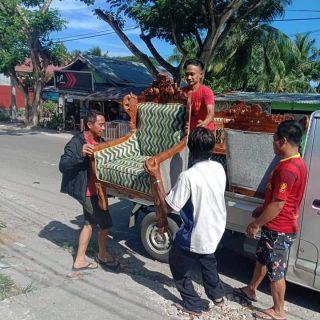 Gaya Kesederhaan Bupati Boltim, mengangkat barang belanjaan ke mobil gran max.(foto:ist)