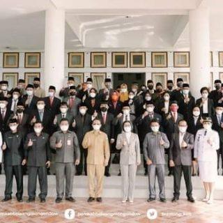 Photo bersama Bupati Yasti Mokoagow, Wabup Yanny Tuuk, Sekda Tahlis Gallang serta pejabat yang baru dilantik.